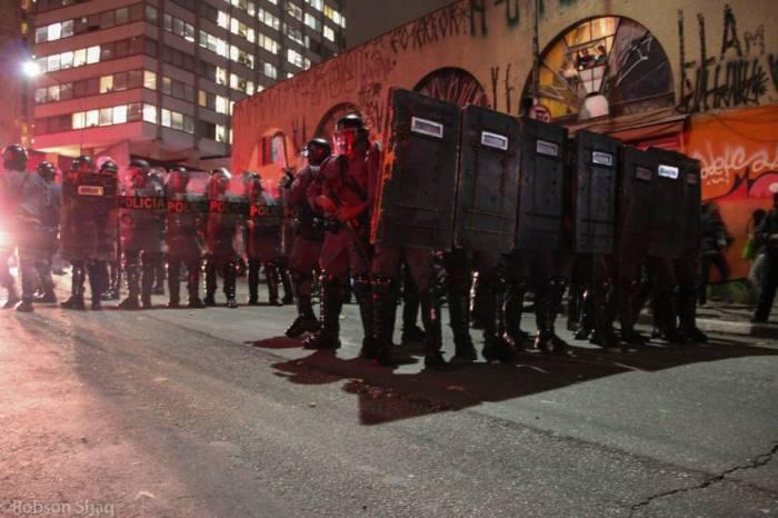 Barreira policial na Rua da Consolação - ato do dia 13 de junho de 2013 por Robson Shaq